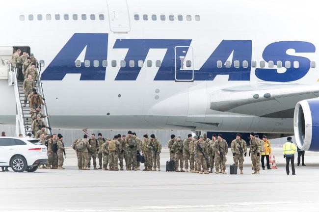 US soldiers arrive in Wrocław-Strachowice airport. Photo: PAP/Maciej Kulczyński
