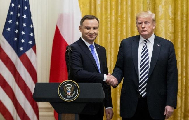 Президент США Дональд Трамп (справа) и президент Польши Анджей Дуда (слева) пожимают друг другу руки по завершении совместной пресс-конференции в Восточном зале Белого дома в Вашингтоне
