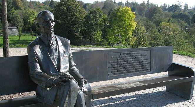 Jan Karski bench in Survivors Park, Łódź. Photo: Wikipedia Commons