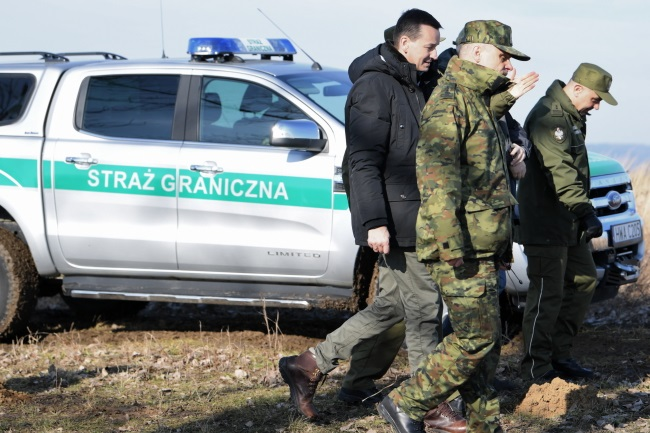 Prime Minister Mateusz Morawiecki (left) meets with Polish border guards on Saturday. Photo: PAP/Darek Delmanowicz