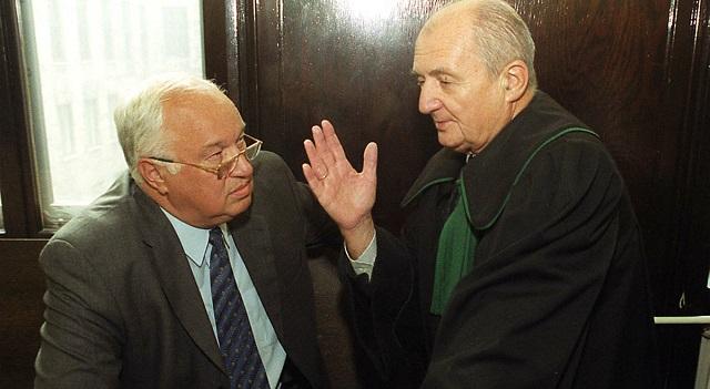 Даруш Пшивечерский и адвокат Чеслав Яворский во время процесса по делу аферы FOZZ (Варшава, 2002 год).