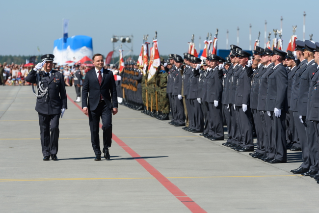 General Jan Śliwka and President Andrzej Duda review troops during commemorative events at the Krzesiny military base. Photo: PAP/Jakub Kaczmarczyk