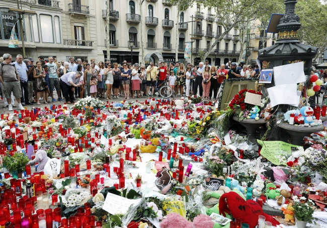 People pay their respect to the victims of a recent terror attack in Barcelona, Spain, 20 August 2017. Photo: EPA/Andreu Dalmau
