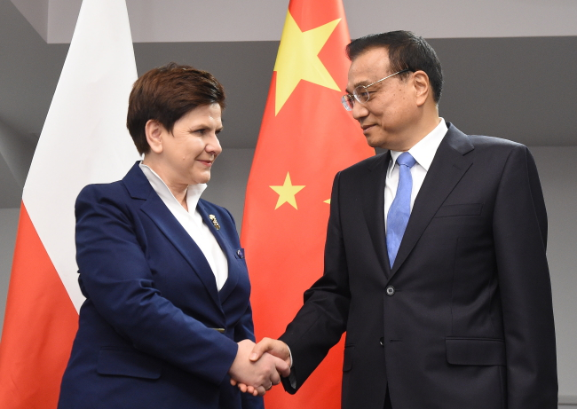 Polish PM Beata Szydło (L) with Chinese PM Li Keqiang (R). Photo: PAP/Radek Pietruszka