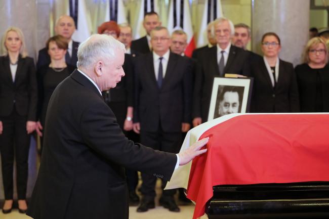 PiS leader Jarosław Kaczyński pays tribute to former PM Jan Olszewski. Photo: PAP/Paweł Supernak