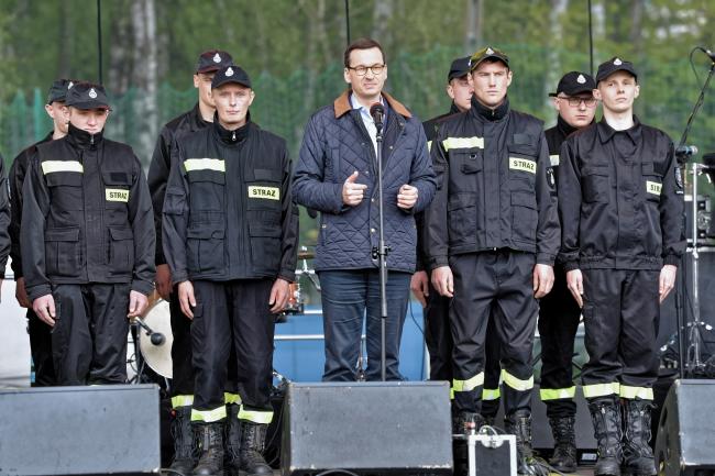 Премьер-министр Польши Матеуш Моравецкий (в центре) во время семейного пикника в честь Дня пожарного
