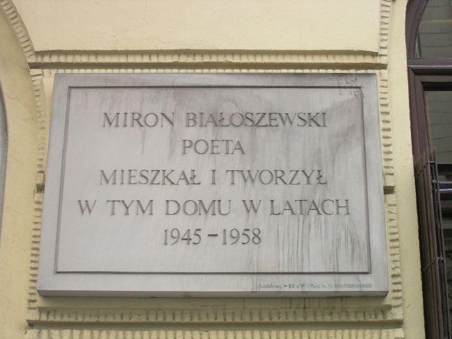 Мемориальная доска на каменном доме на ул. Познаньска, 37 в Варшаве, где Мирон Бялошевский жил в 1945-1958 гг.