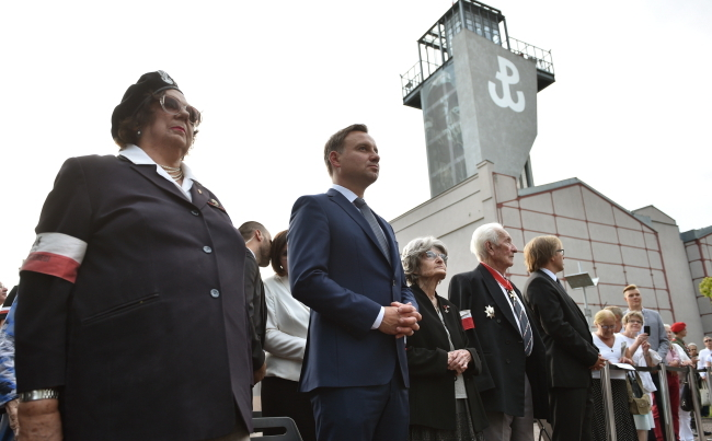 President-elect Andrzej Duda (2L) takes part in a mass marking the 71st anniversary of the Warsaw Rising. Photo: PAP/Jacek Turczyk