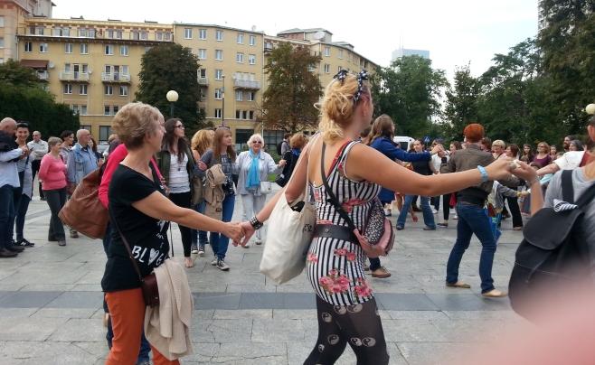 Не часто на улицах Варшавы можно увидеть людей, танцующих фрейлехс.