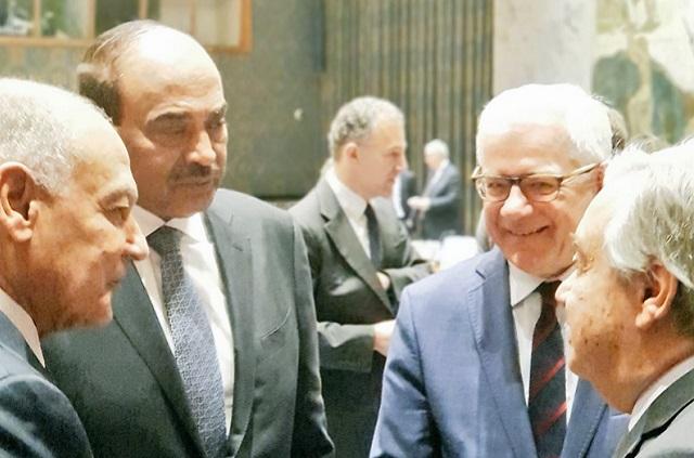 Министр иностранных дел Кувейта Сабахом Аль-Халедом (второй слева), министр иностранных дел Польши Яцек Чапутович (второй слева), генеральный секретарь ООН Антониу Гутерриш (справа) и генеральный секретарь Лиги арабских государств Ахмед Абуль Гейтом (слева) перед брифингом Совета безопасности ООН
