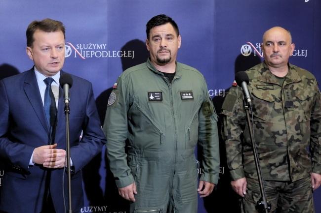 Poland's Defence Minister Mariusz Błaszczak (left) gives a news conference on Friday. PAP/Paweł Supernak