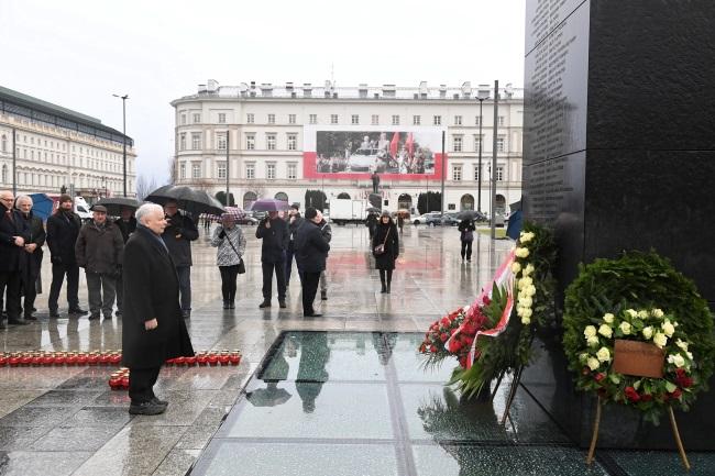 Poland's ruling party leader Jarosław Kaczyński (front) takes part in a flower-laying ceremony at Warsaw's Piłsudski Square on Monday. Photo: PAP/Radek Pietruszka