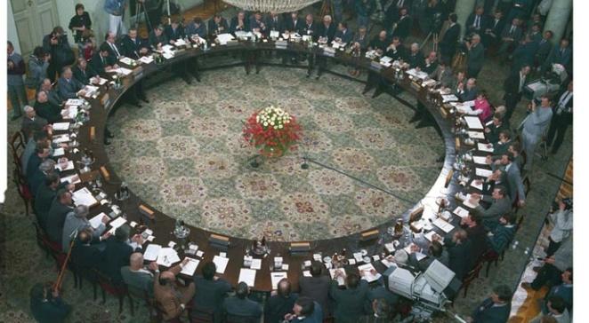 Der 'Runde Tisch' hat einen Durchmesser von 9 Metern. 57 Personen können bei der Tafel Platz nehmen.