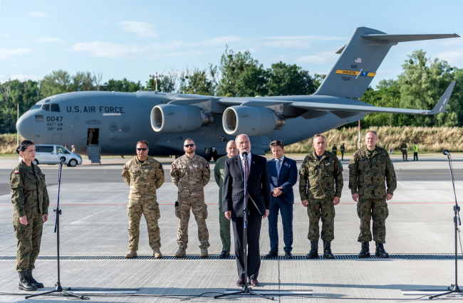 Poland's Defence Minister Antoni Macierewicz officially welcoms commandos. Photo: PAP/Maciej Kulczyński.