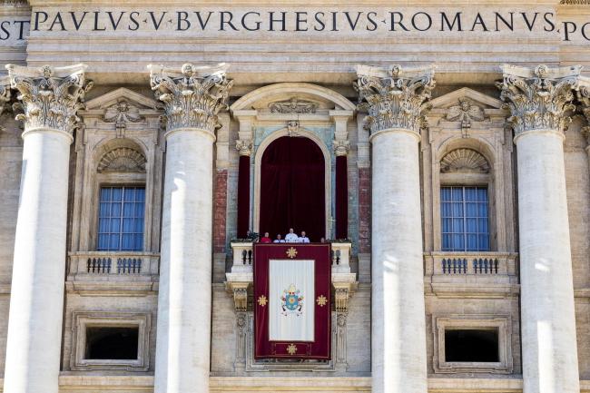 Папа Франциск (в центре) произносит традиционное рождественское послание Urbi et Orbi с центрального балкона Собора Святого Петра в Ватикане