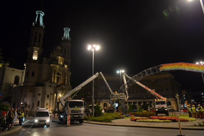 The installation is dismantled on Warsaw's Saviour Square, 26 August. Photo: PAP/Marcin Obara