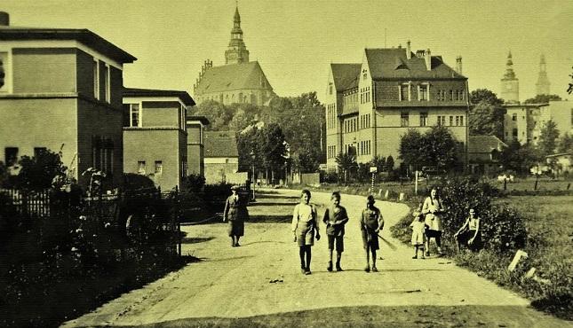 Dzierżoniów (in der Woiwodschaft Niederschlesien in Polen) - von 1945 bis 1948 befand sich auf dem Stadtgebiet eine polnische jüdische Kommune unter Führung von Jakub Egit.