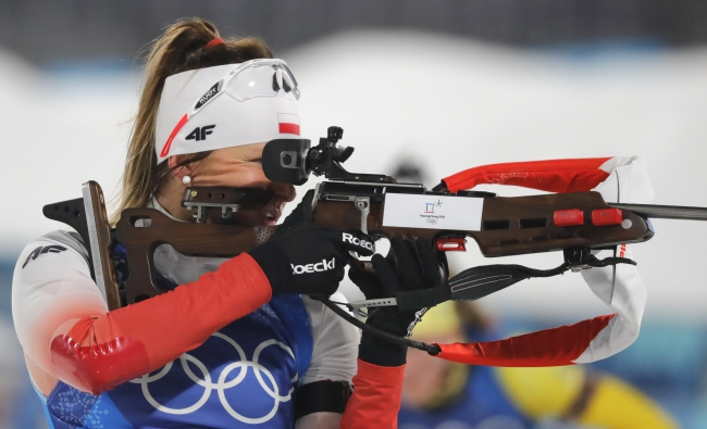 Weronika Nowakowska in action at the shooting range during the women's biathlon 4x6 km relay. Photo: EPA/ANTONIO BAT