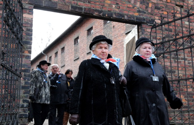 Former prisoners mark the liberation of the Auschwitz death camp. Photo: PAP/Andrzej Grygiel