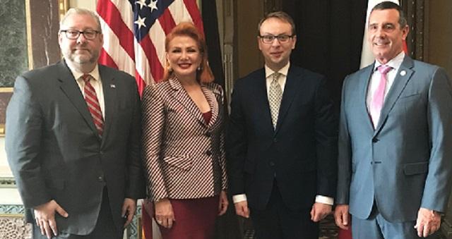 Посол США В Польше Джорджетт Мосбахер (вторая слева), заместитель министра внутренних дел и администрации Польши Кшиштоф Козловский (второй справа), заместитель министра внутренних дел США Дэвид Пекоске (справа) после подписания соглашения