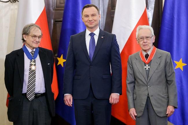 Roger Penrose (L) and Andrzej Trautman (R) received the award from President Andrzej Duda (C). Photo: Krzysztof Sitkowski / KPRP