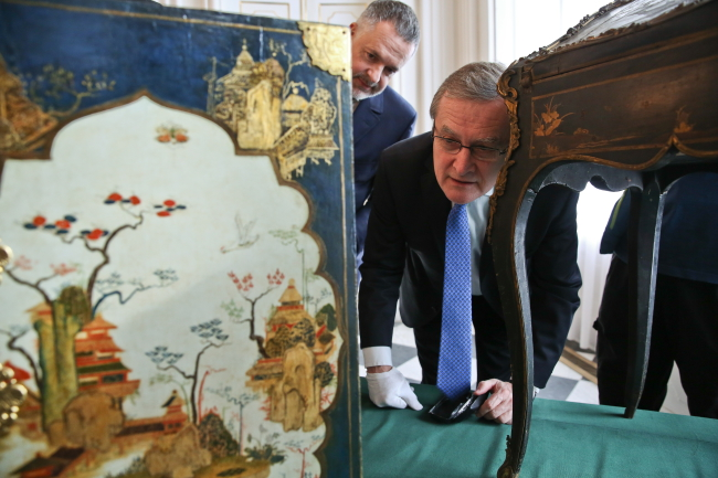 Deputy Prime Minister and Minster of Culture Piotr Gliński admires the two returned artefacts at Wilanów Palace. Photo: PAP/Rafał Guz