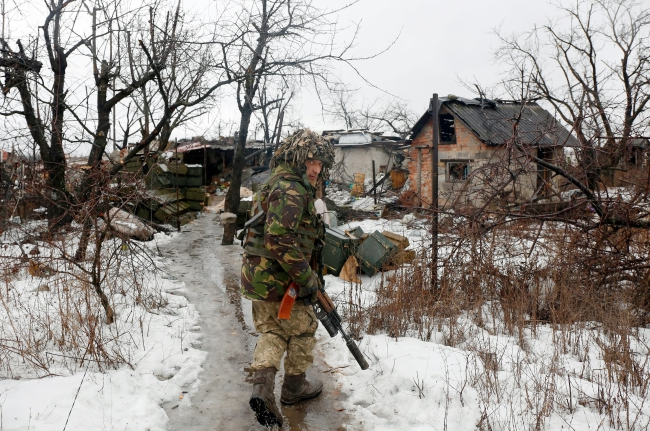Украинский военнослужащий на окраине Авдеевки.