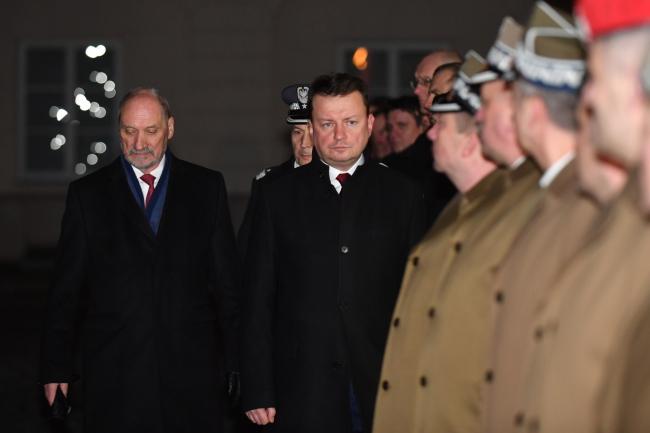 Новий міністр національної оборони Польщі Маріуш Блащак (П) та колишній керівник цього відомства Антоні Мацєревич