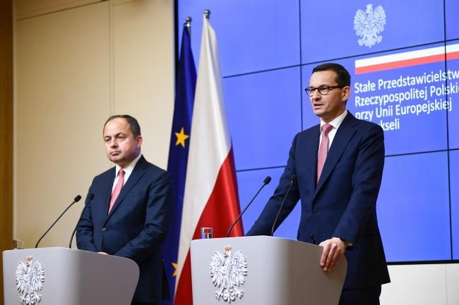Вице-министр иностранных дел Польши Конрад Шиманьский (слева) и премьер-министр Матеуш Моравецкий