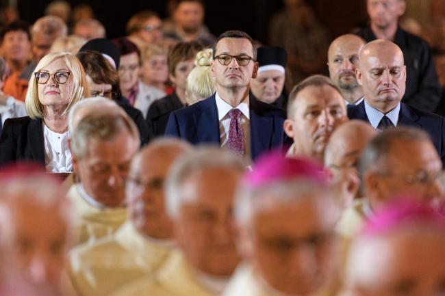 13 сентября 2018 г., Познань. Премьер-министр Польши Матеуш Моравецкий (в центре) во время торжественного богослужения