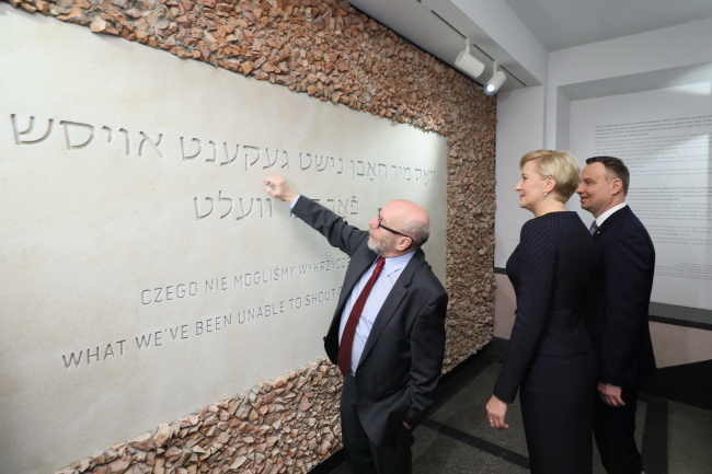 Президент Польщі Анджей Дуда (праворуч) з дружиною Аґатою Корнгаузер-Дудою (в центрі) та директор Єврейського історичного інституту Павел Сьпєвак (ліворуч)