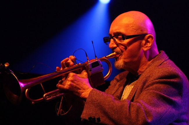 Томаш Станько (1942-2018 гг.) во время выступления на 44-м джазовом фестивале во Франкфурте, 2013.