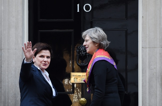 British PM Theresa May (right) welcomes Polish PM Beata Szydło to 10 Downing Street in London. Photo: EPA/ANDY RAIN