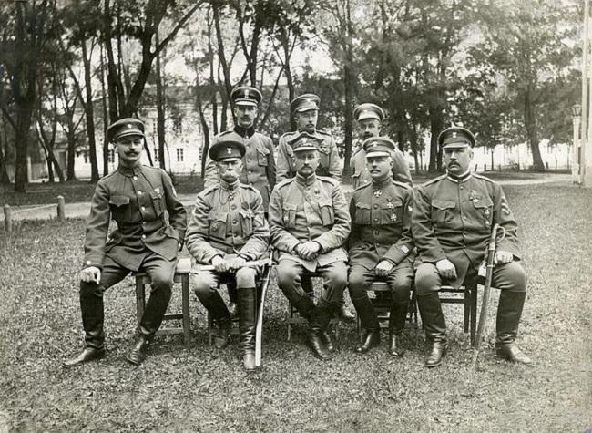 Генэрал Юзэф Доўбар-Мусьніцкі (у першым шэрагу пасярэдзіне) і штаб 1-га Польскага корпусу, 1918 год