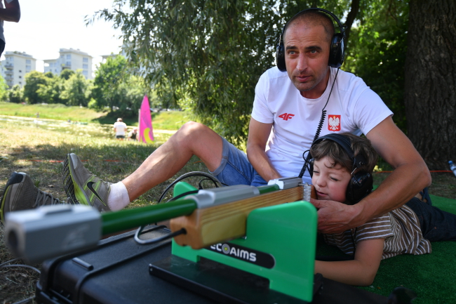 Polish Paralympian Piotr Grabowski instructs children in shooting at the picnic in Warsaw. Photo: PAP/Bartłomiej Zborowski