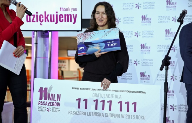 Barbara Borkała (C) was Warsaw Airport's 11,111,111 passenger. Photo: PAP/Rafał Guz