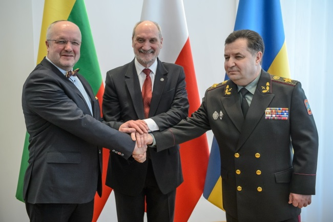 Polish Defence Minister Antoni Macierewicz (centre) with his Lithuanian counterpart Juozas Olekas (left) and Ukrainian Defence Minister Stepan Poltorak (right). Photo: PAP/Wojciech Pacewicz