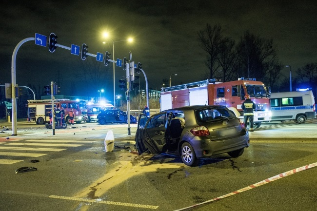 In one of the most tragic accidents over the Christmas holidays, three people were killed and seven injured when two passenger cars collided in the central city of Łódź on the night of December 25. Photo: PAP/Grzegorz Michałowski