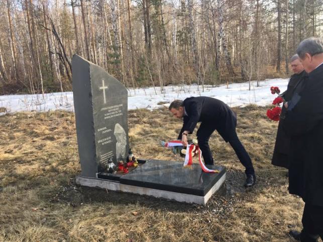 """Piwowary na Syberii. """"Rowy Śmierci"""", miejsca masowych mordów dokonanych w latach 1937-1938 przez NKWD, również na miejscowej ludności polskiej. Delegacja, z udziałem senatora Artura Warzochy, składa kwiaty"""