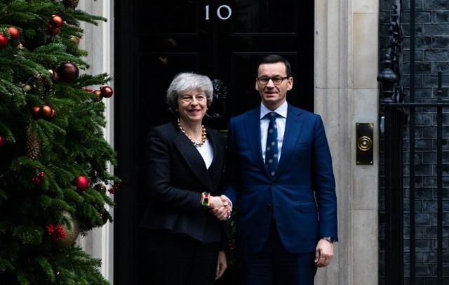Премьер-министр Великобритании Тереза Мэй (слева) и премьер-министр Польши Матеуш Моравецкий (справа) во время визита польского главы государства в Лондон