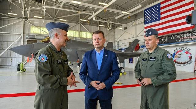 Министр национальной обороны Польши Мариуш Блащак (в центре) на американской военно-воздушной базе Эглин во Флориде