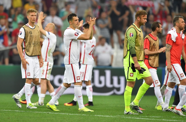 Players of Poland applaud supporters after the penalty shootout of the UEFA EURO 2016 quarter final match between Poland and Portugal at Stade Velodrome in Marseille, France, 30 June 2016. Portugal won 5-3 on penalties. Photo: EPA/PETER POWELL