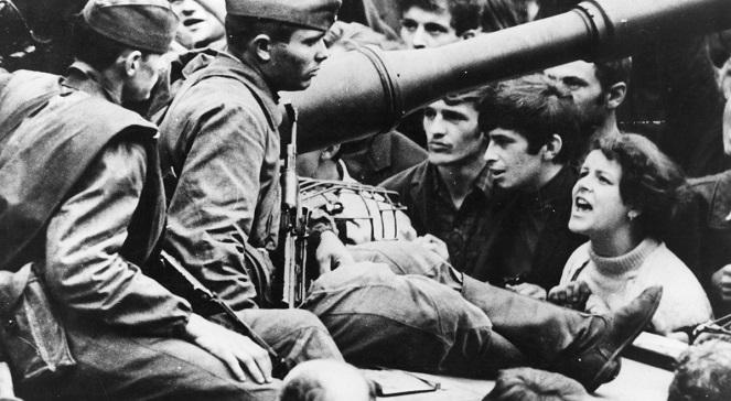 Советские солдаты во время вторжения в Чехословакию.