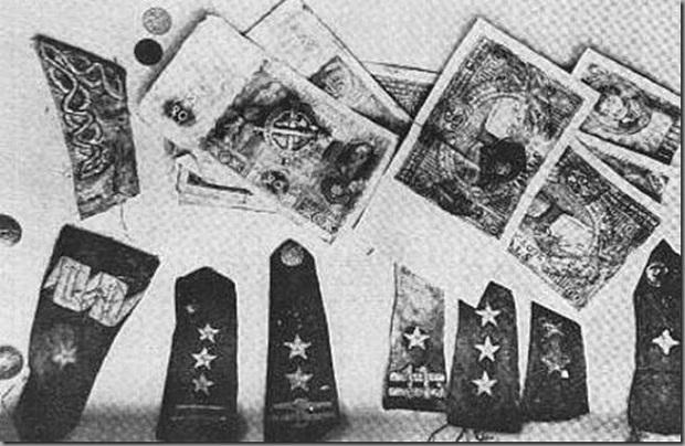 Польские банкноты и эполеты, найденные в общих могилах в Катыни. Фото: wikipedia