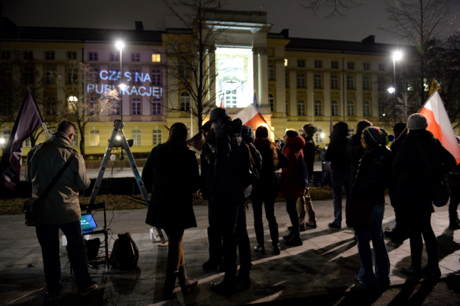 The ruling is beamed up onto the Prime Minister's Chancellery by protesters on Wednesday night. Photo: PAP/Jacek Turczyk