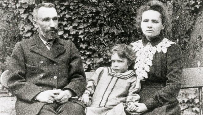 Maria Skłodowska-Curie wraz ze swym mężem Piotrem Curie oraz starszą z córek Ireną (ok. 1906 roku)