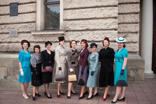 Группа исторической реконструкции Bluszcz в нарядах периода межвоенного двадцатилетия.