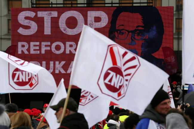 A protest against planned education reforms was held in Warsaw on Saturday. Photo: PAP/Tomasz Gzell.