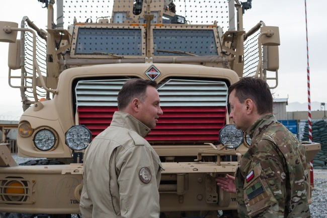 Polish President Andrzej Duda (left) and Defence Minister Mariusz Błaszczak (right) visit soldiers at Bagram Base in Afghanistan on Monday. Photo: PAP/Adam Guz