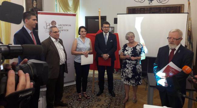 На пресс-конференции по поводу передачи Архиву новых актов архива Яна Кухажевского - первого премьера Королевства Польского.
